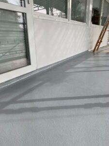 Flot og slidstærk gulvmaling på svalegange i boligkompleks på Østerbrogade i Nørresundby. Malerfirmaet Jeppesen udfører maleropgaver for entreprenør M. Thomsen Støtt A/S og Nørresundby Boligselskab.